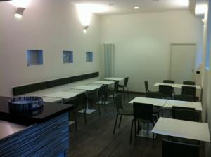 Sala con sedie e tavoli