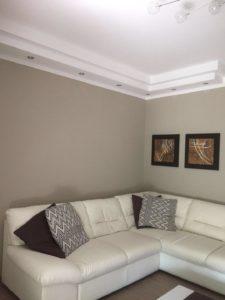 Visuale soggiorno con faretti spenti