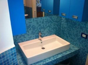 Lavandino del bagno su supporto decorato in bisazza