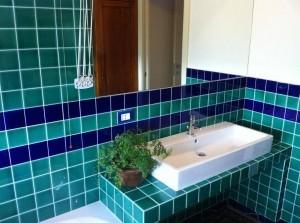 Supporto lavandino bagno rivestito con piastrelle in ceramica