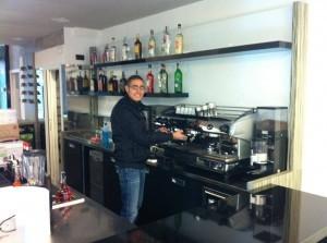Barista che prepara i caffè