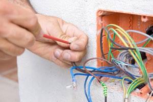 Elettricista ripara un impianto elettrico