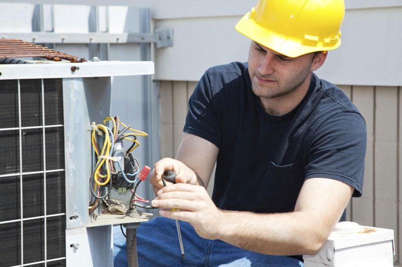 Elettricista a lavoro su impianti elettrici