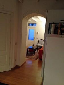 Porta d'ingresso su sala