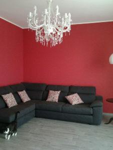 Zona divano con pareti rosse