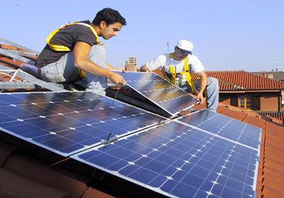 Operai lavorano su pannelli solari