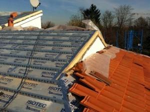 Fase di posa delle tegole sul tetto