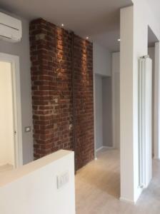 Corridoio con muro di mattoni