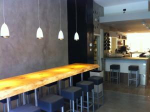 Luci e tavolo grande ristorante