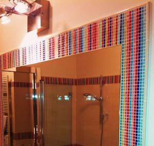 Cornice di bisazza su specchio bagno