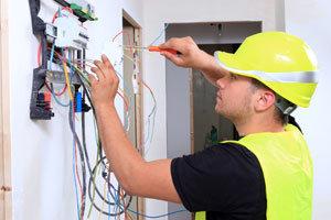 Elettricista opera su quadro elettrico