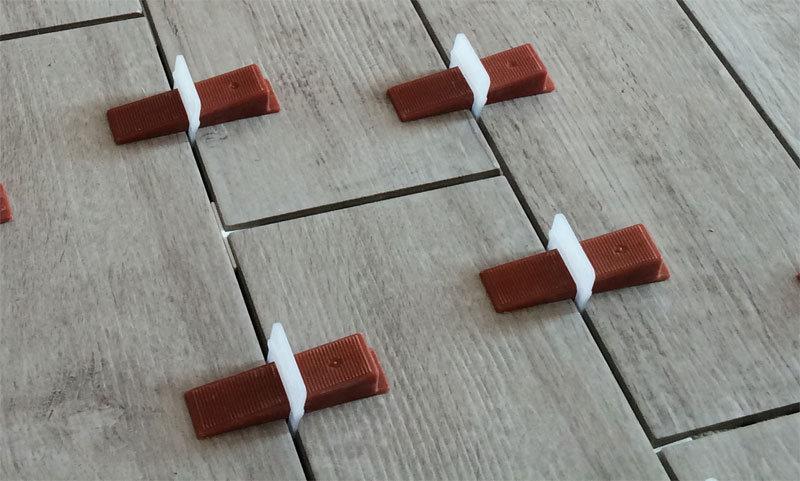 Posa pavimenti piastrelle con distanziatori livellanti